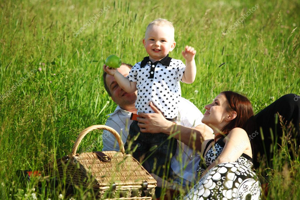 happy family on picnic in green grass — Stock Photo #6840816