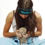 gatto e donna veglia — Foto Stock #6850066