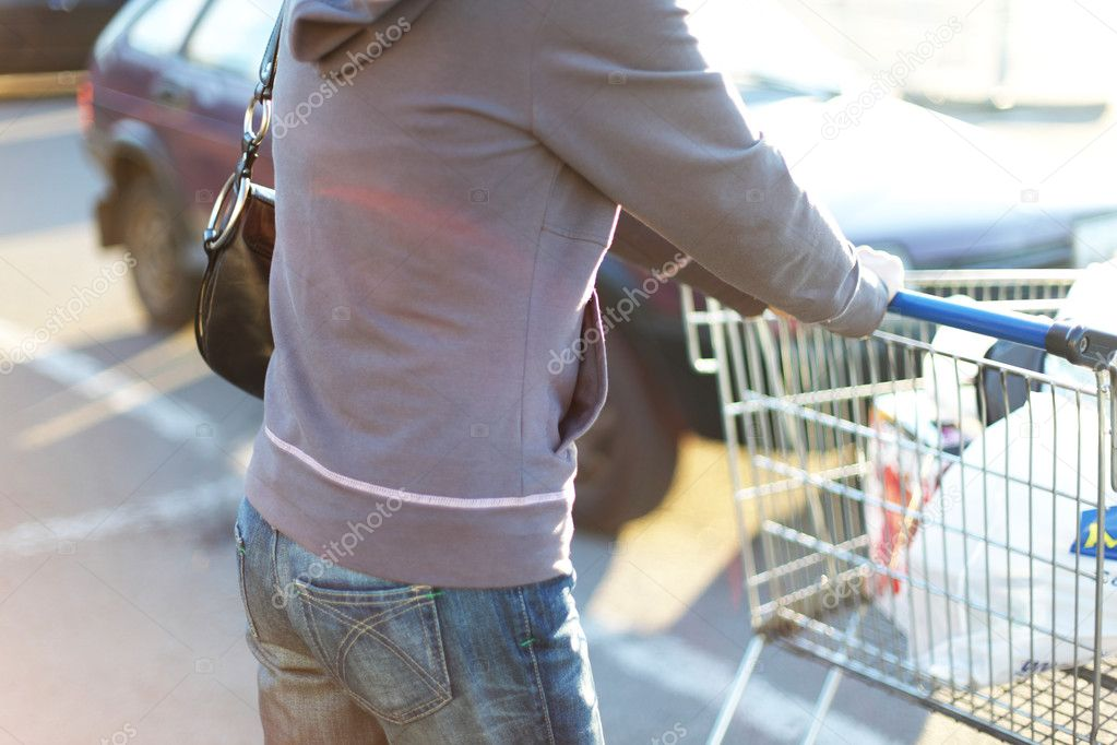 Take cart in hands go shoping — Stockfoto #6881363