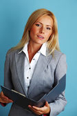 Donna d'affari tenere una cartella — Foto Stock