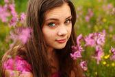 Kvinna på rosa blomma fältet — Stockfoto