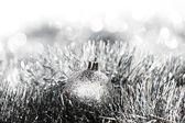 Srebrna piłka boże narodzenie — Zdjęcie stockowe