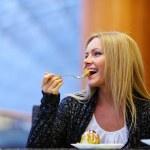 vrouw eten woestijn — Stockfoto