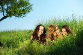 Dziewczyny pod drzewem — Zdjęcie stockowe