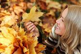 Žena portret v podzimní listí — Stock fotografie