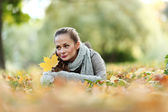 Woman portret in autumn leaf — ストック写真