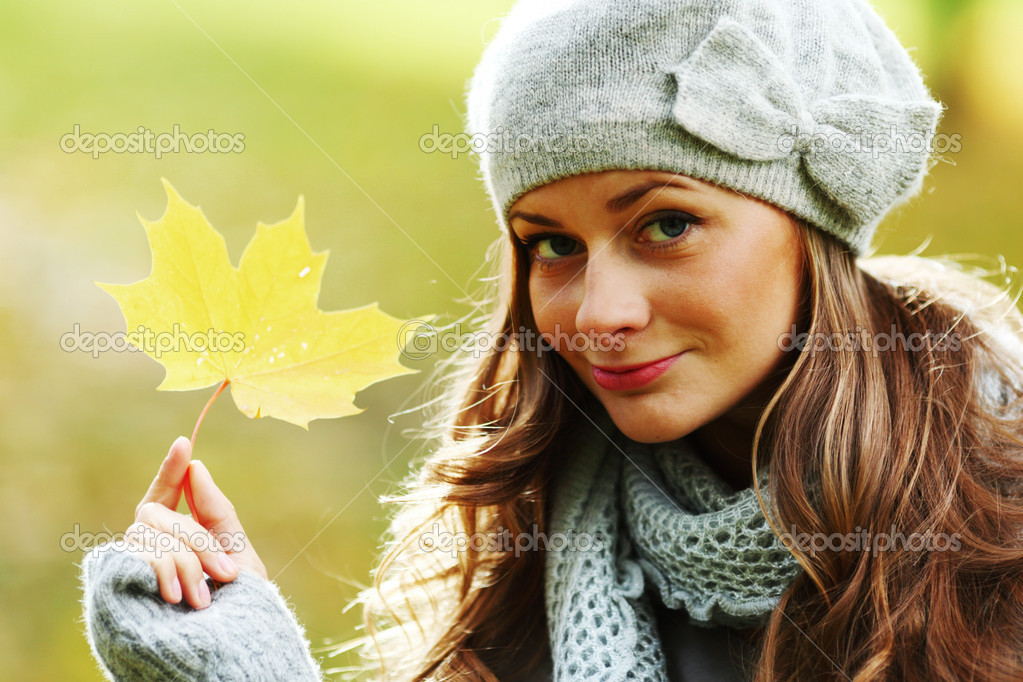 Autumn woman portret in park — Stock Photo #7193453
