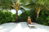 ラウンジに熱帯の女性 — ストック写真