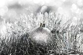 Silberne weihnachts-kugel — Stockfoto