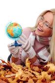 Kvinnan ta världen i händer — Stockfoto