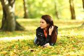 Mulher portret em folha de outono — Fotografia Stock