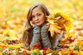 Woman portret in autumn leaf — Foto Stock