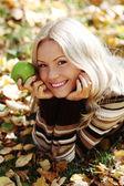 Kvinna med grönt äpple — Stockfoto