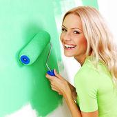 Vrouw verf op de muur — Stockfoto