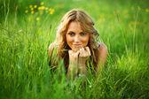 Blondynka na trawie — Zdjęcie stockowe