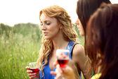 Beber vino chica — Foto de Stock