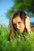 Brunetka na trawie — Zdjęcie stockowe