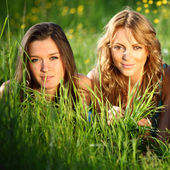 Mulheres grama divertido — Fotografia Stock