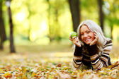 Donna con mela verde — Foto Stock
