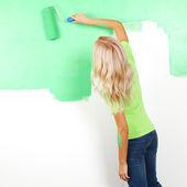 Kvinna måla på väggen — Stockfoto
