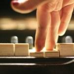 Женщина играет фортепиано — Стоковое фото