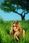 Blonde under tree — Stockfoto