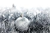 Zilveren bal van kerstmis — Stockfoto