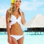 Woman on tropical beach — Stock Photo #7941792