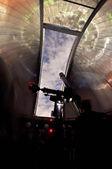 Teleskop vid observatoriet tittar på natten sky.jpg — Stockfoto