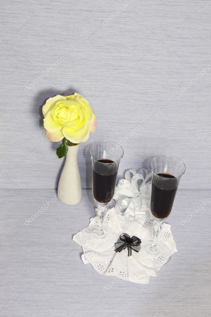 Two glass glasses with wine and a yellow rose  — Stock Photo #7238825