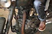 Sitzen auf einem alten Motorrad — Stockfoto