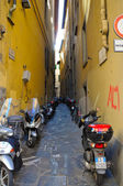 A many mopeds along the street in Florence, Italia — Stock Photo