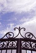 Vista do céu através de portões. — Fotografia Stock