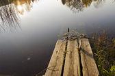 Gebrochen und hohl im Wasser verlassen Holzbrücke — Stockfoto