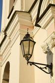 在古代建筑的墙上的金属观片灯. — 图库照片
