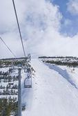 Černá lyžařská cesta poblíž Sedačková lanovka v palandoken — Stock fotografie