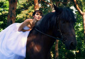 Bride poses on a horse — Stock Photo