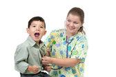 Chlapec reaguje na studené stetoskop. — Stock fotografie
