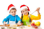 Noel pişirme ile gülümseyen çocuklar — Stok fotoğraf