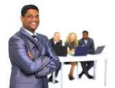 Een afro-amerikaanse zakenman met collega's op de achtergrond — Stockfoto