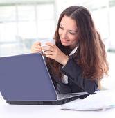 Przemyślany biznes kobieta w biurze uśmiechający się — Zdjęcie stockowe