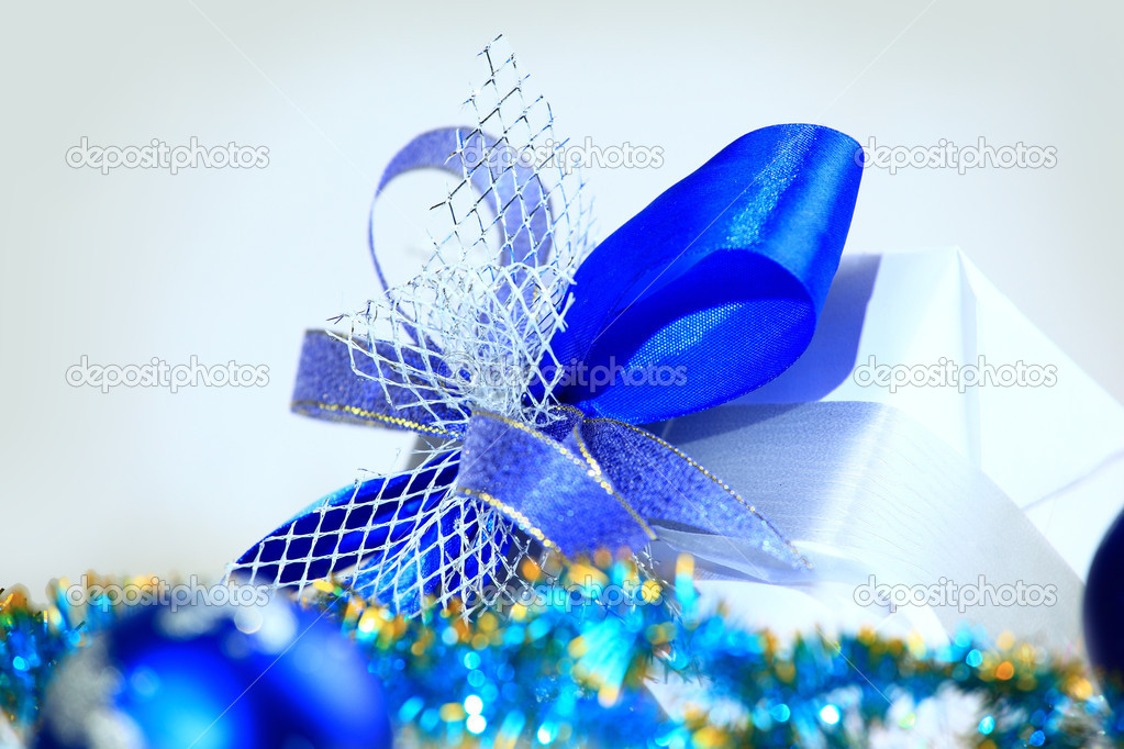 Festive balls with gift box on snow — Stock Photo #7694090