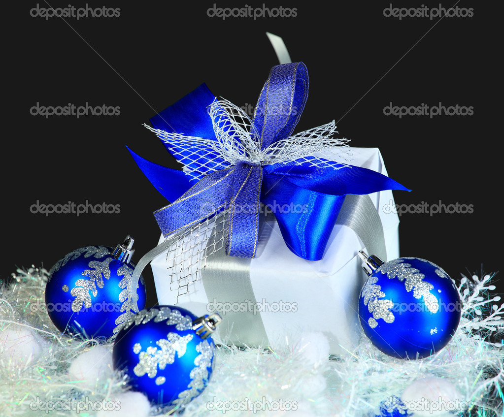Festive balls with gift box on snow — Stock Photo #7694149