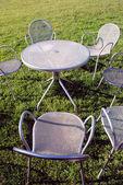 металлические стулья и стол — Стоковое фото