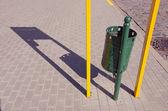 Ombre et poubelle de rue — Photo
