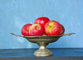 Vintage vase and red apples — Stock Photo