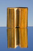 Altes Buch über Spiegel und Reflexion — Stockfoto