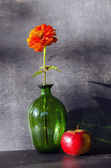 Green vase and red apple — Stock Photo