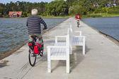 Cycliste sur la jetée de la mer — Photo