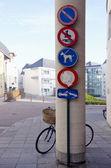 Rower na ulicy i znaki — Zdjęcie stockowe
